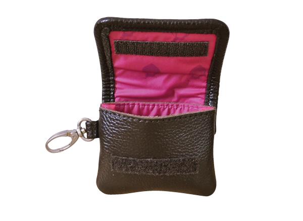 Poo Pouch aus Leder für Kotbeutel - die Kotbeutelrolle wird einfach rein gelegt